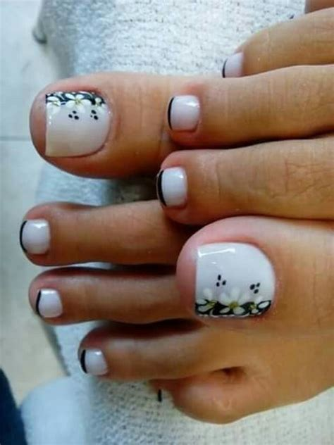 Soy una apasionada de las uñas decoradas por su elegancia y lo bonitas que quedan si sabes combinar los colores. Francés con flores   Arte de uñas de pies, Uñas maquilladas, Diseños de uñas pies