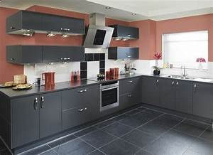 cuisine gris anthracite 56 idees pour une cuisine chic With couleur murs cuisine avec meubles blancs