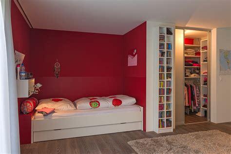 Begehbarer Kleiderschrank Mit Bett by Begehbarer Kleiderschrank Mit Innenlicht Im M 228 Dchenzimmer