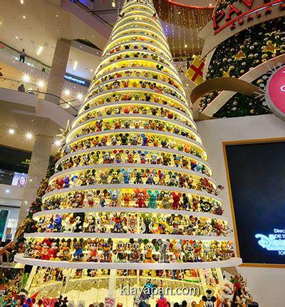 1 4 boneka mickey mouse ramai di pohon natal di pavillion shopping mall klayapan travel