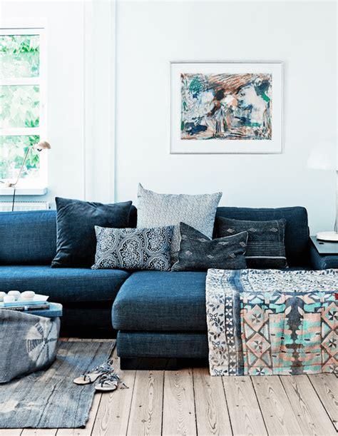 canape ethnique salon avec un canapé gris et des coussins ethniques