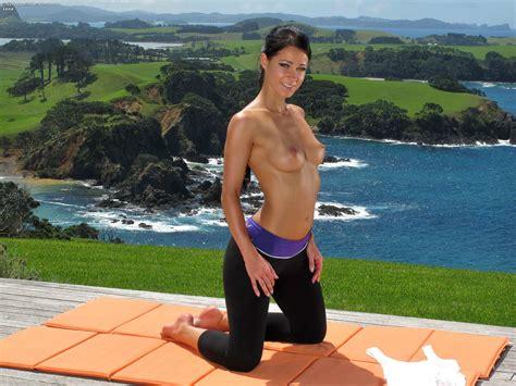 Topless Yoga Pants Hottie Googoogagah