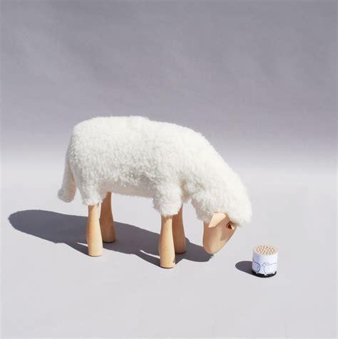 petit agneau qui broute tabouret enfant repose pied