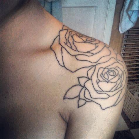 tatouage femme epaule rose