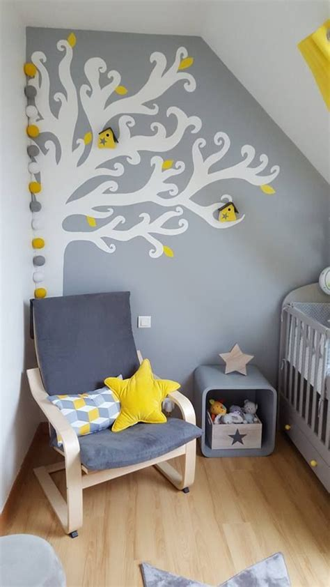 chambre bébé mansardée les 25 meilleures idées concernant chambres de bébé jaune
