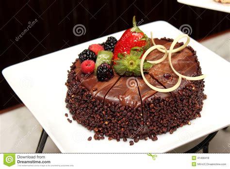 decoration gateau avec chocolat g 226 teau de chocolat avec la d 233 coration de fruit frais photo stock image 41498418