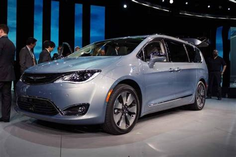 Dodge Minivan 2020 by 2020 Chrysler Town And Country Review 2018 2019 Best