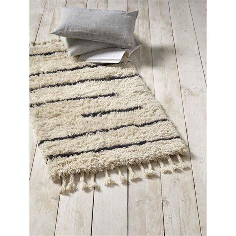 tapis descente de lit cyrillus tapis descente de lit en ecru brandalley