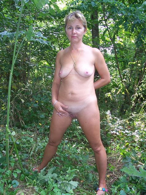 amateur milf outdoors naked posing high definition porn pic amateur