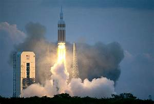 Orion spacecraft splashes down after high orbit test ...