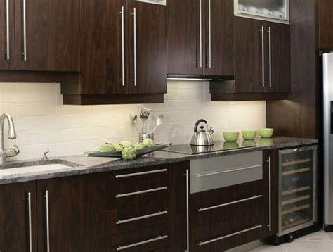cuisine armoire brune 1000 idées à propos de comptoirs en granit sur