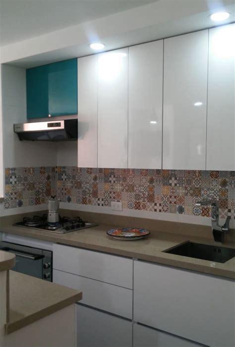 cocina blanca mosaico arabe en salpicadero proyectos