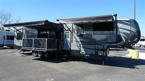 2015 cyclone cy4200 hauler king bed 2 baths side