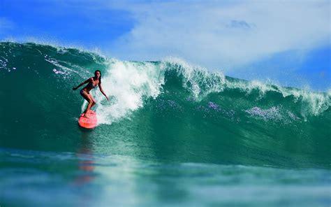 mac de bureau vrouw surfen surfplank hoge golf bureaublad achtergronden