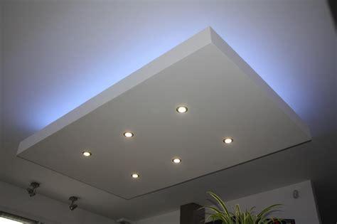 eclairage faux plafond cuisine luminaire led plafond plafonnier à led marchesurmesyeux