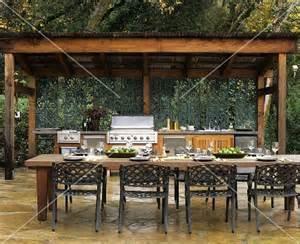 outdoor küche kaufen outdoor küche mit gedecktem länglichem tisch im freien bild kaufen 355176 stockfood