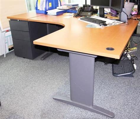 bureau dangle plateau de couleur noyer pietement en metal noir dimensions 160 x 160 cm vendu avec u