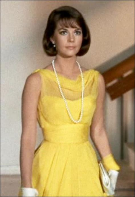 une vierge sur canape quizz les plus belles robes jaunes du cin 233 ma 3 quiz cinema actrices