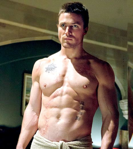 maschi nudi sotto la doccia actor stephen amell says fans can hit on him if they