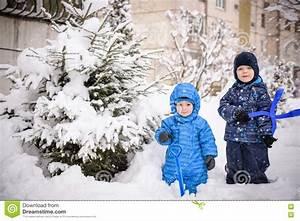 Haus Dekorieren Spiele Kostenlos : kinder und viel schnee drau en spielen im winter nahe haus ~ Lizthompson.info Haus und Dekorationen