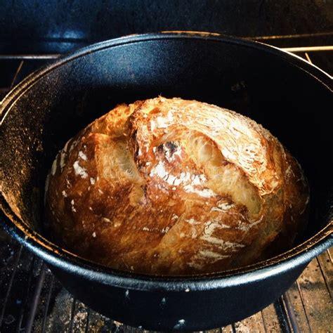 cucina olandese pane cucina in un forno olandese immagine stock