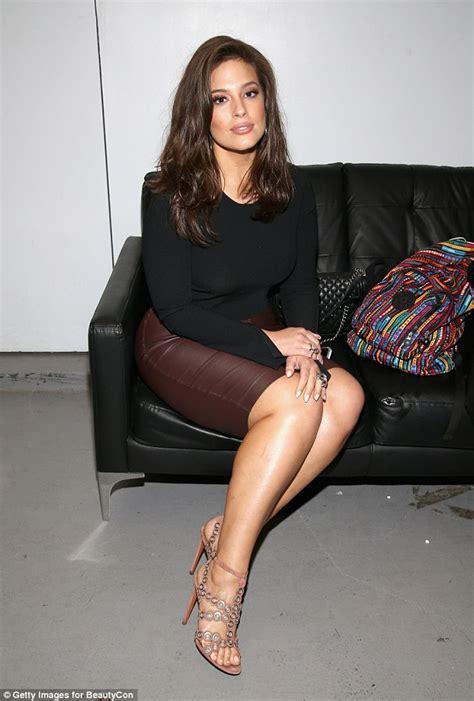 Ashley Graham showcases her curves in tight-fitting skirt ...