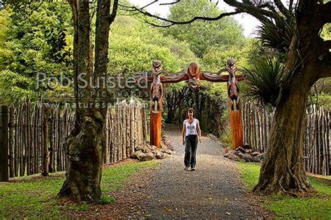 tourist   carved maori entrance   historic