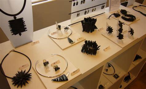 bijoux en chambre a air photos de la galerie des créateurs noir et blanc