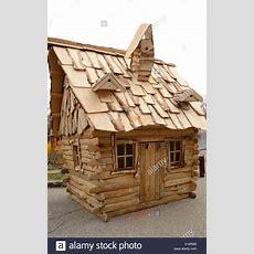 Kleines Holzhaus Stockfoto, Bild 276042265 Alamy