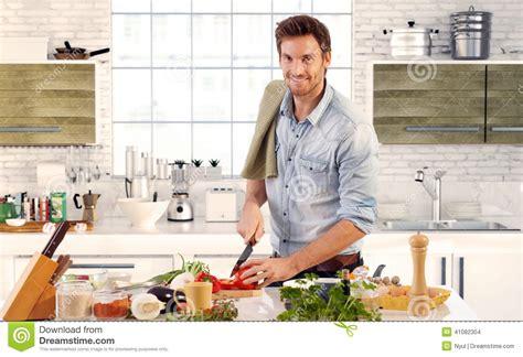 cuisine a la maison homme bel faisant cuire dans la cuisine à la maison photo