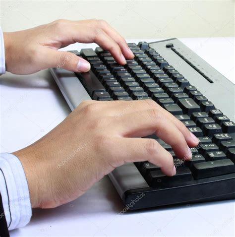acheter un ordinateur de bureau mains taper sur le clavier de lordinateur photographie