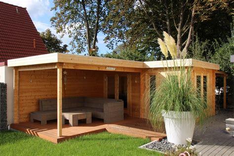 Gartenhaus Mit Terasse by Flachdach Gartenhaus In Naturholz Mit Einladender