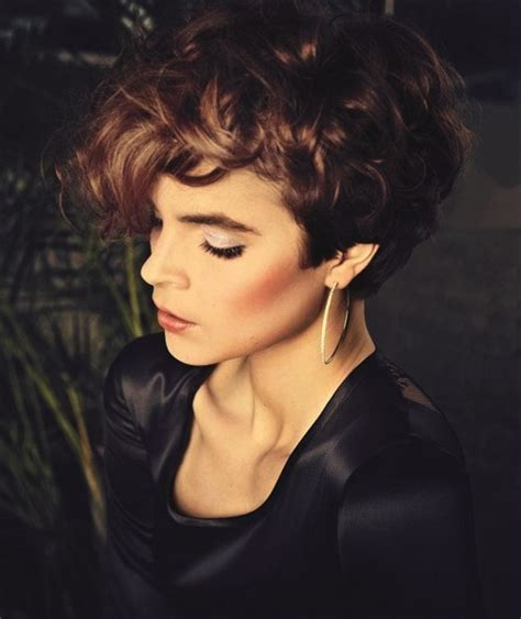 Short Curly Hair that looks Great with a Round Face