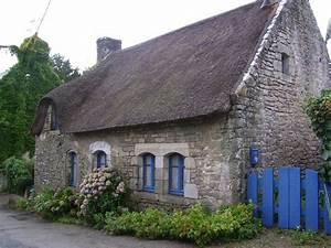 Maison en pierres et toiture de chaume sur l39ile aux for Maison toit de chaume 6 les maisons typiques bretonnes