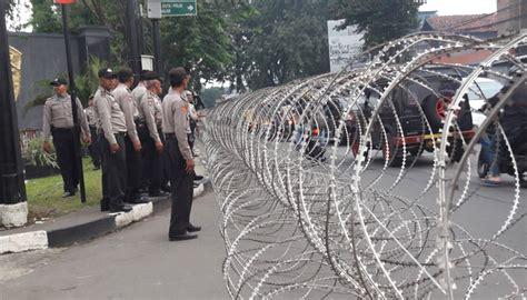 cegah pendukung ahok di depan gerbang mako brimob