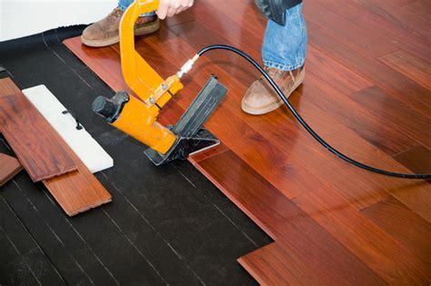 Laminat auf Holzboden verlegen » Anleitung in 4 Schritten