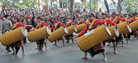 Gendang panjang merupakan alat musik daerah yang sangat unik dan mempunyai jenis bunyi berupa berupa membranofon. Alat Musik Tradisional Provinsi Nusa Tenggara Barat - Tentang Provinsi
