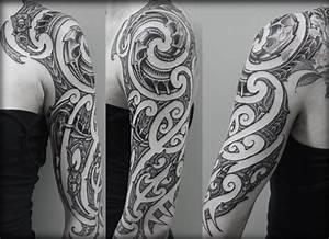 Tattoo Ganzer Arm Frau : 37 oberarm tattoo ideen f r m nner maori und tribal motive ~ Frokenaadalensverden.com Haus und Dekorationen