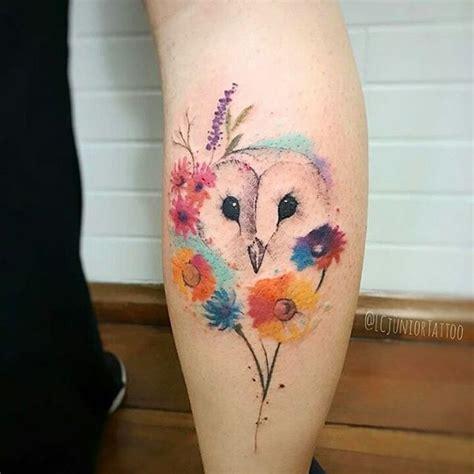 lechuza entre flores estilo acuarelas tatuajes  mujeres