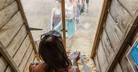 Glastonbury Presenta Un Baño Transparente Con Causa