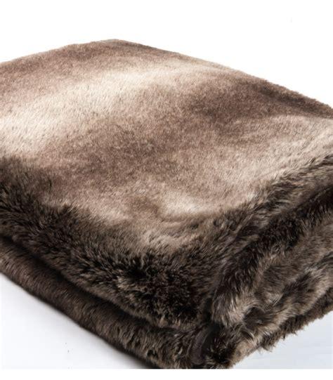plaid fausse fourrure luxe ours brun 130 x 180 cm plaid addict vente en ligne de plaids marrons