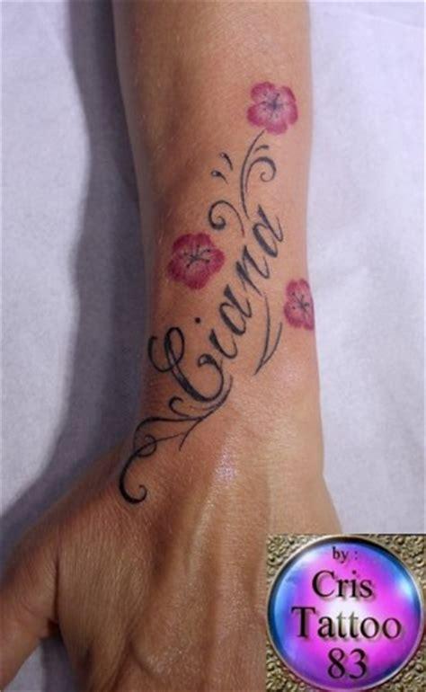 tatouage prénom poignet tatouage au poignet fleur et initiales cristattoo83