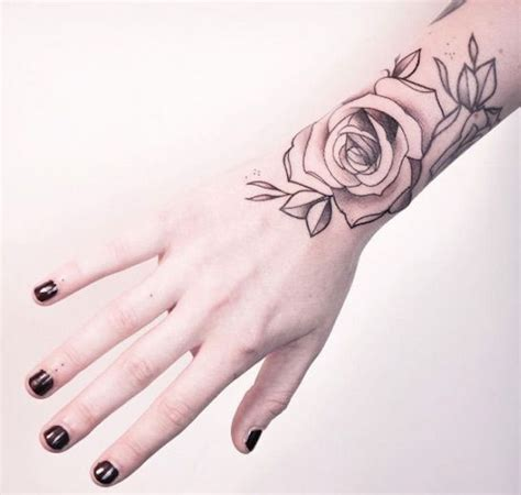 fleur violette tatouage noir  blanc poignet tatouage