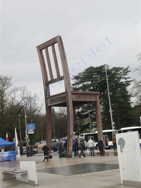 chaise cassée ève quot la chaise cassée quot devant l 39 onu la balade de