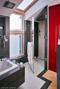 Łazienka na poddaszu. Ładna aranżacja łazienki pod skosami ...