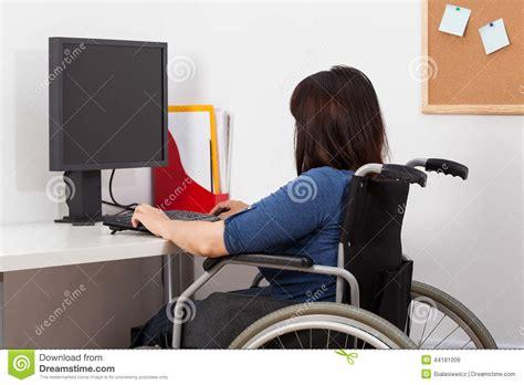 l amour dans le bureau femme sur le fauteuil roulant fonctionnant dans le bureau photo stock image 44181009