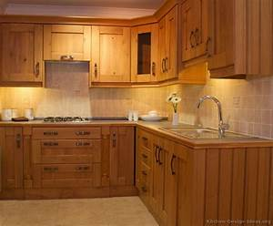 Pictures of kitchens traditional light wood kitchen for Wood kitchen cabinet images