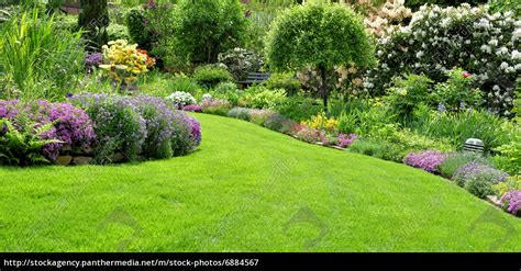 Schöner Garten Im Frühling  Lizenzfreies Bild #6884567