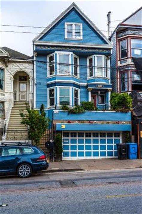c est une maison bleue adoss 233 e 224 la colline picture of