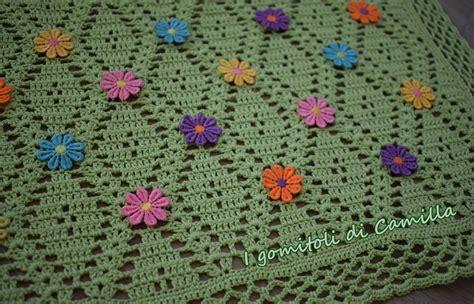 spiegazioni fiori uncinetto copertina a uncinetto con fiori applicati i tutorial di